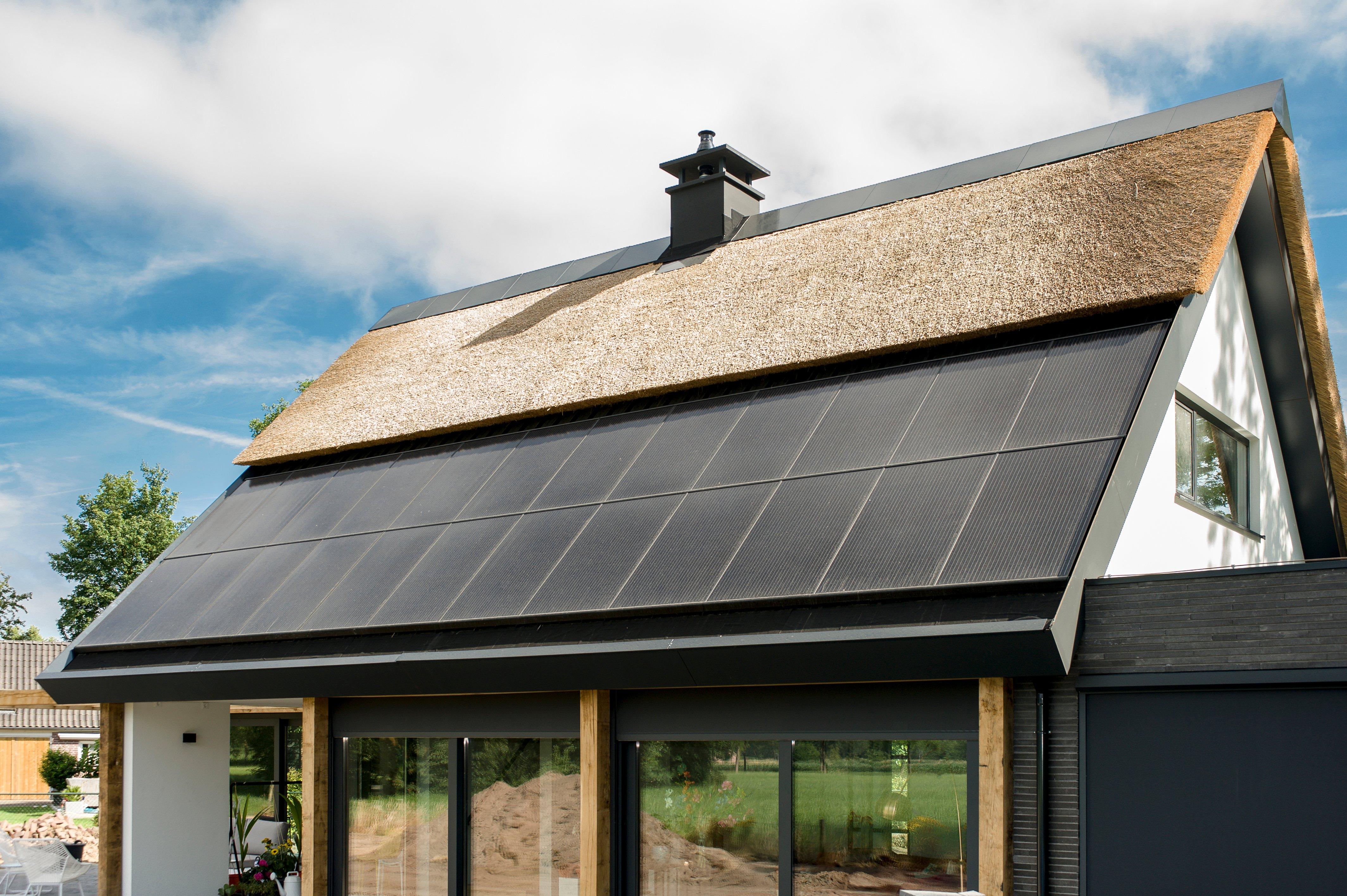 Kan ik de thermische panelen onder mijn eigen zonnepanelen aanbrengen?